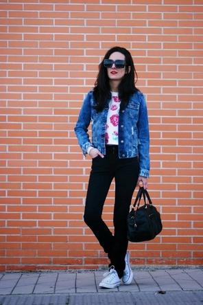 floral top / denim jacket / black skinnies / white Converse